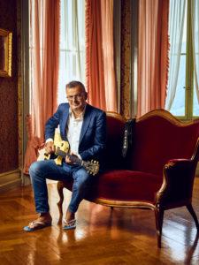 philipp fankhauser mit gitarre auf dem sofa